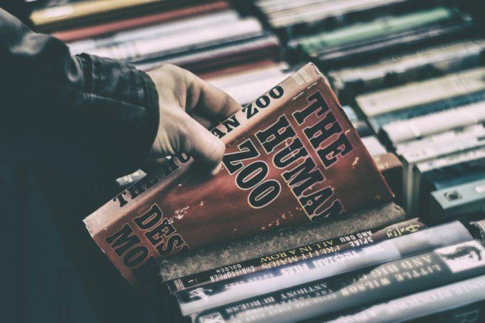 Kirjan valinta, jossa henkilö etsii parasta bisneskirjaa.